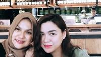 <p>Wefie berdua dengan Vicky Shu. Kontur wajahnya mirip ya, Bun. Sepertinya Vicky Shu memang mewarisi kecantikan sang bunda. (Foto: Instagram @faiza_aljufri)</p>