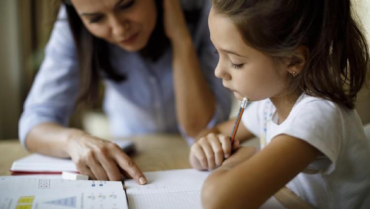Selama anak di rumah saja, Mendikbud menggagas program belajar yang tayang di TVRI. Simak yuk Bun, jadwal lengkap program Belajar dari Rumah.