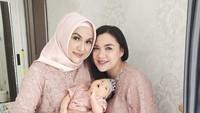 <p>Menghadiri acara keluarga, Vicky dan Faiza kompak mengenakan busana brokat berwarna pink. (Foto: Instagram @faiza_aljufri)</p>