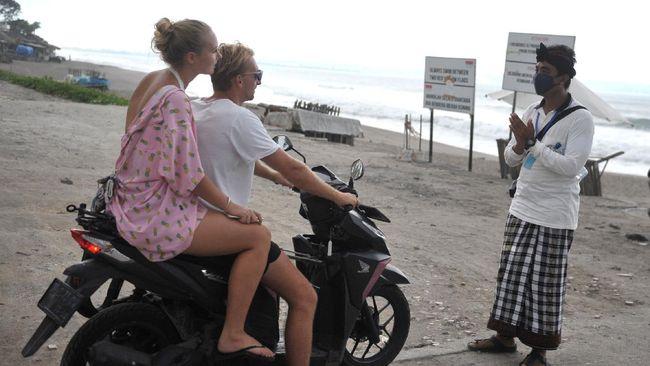 Ekonom mengingatkan membuka pintu wisata Bali untuk turis asing bisa menjadi bumerang di tengah kenaikan kasus di beberapa negara.