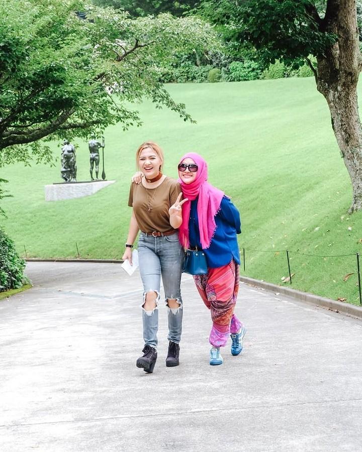 Vicky Shu dikenal sebagai artis yang memiliki saudara berparas cantik. Begitu pula dengan ibundanya Faiza Aljufri yang masih tampil awet muda. Intip fotonya!