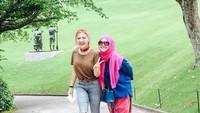 <p>Foto ini diambil empat tahun lalu, saat Vikcy Shu mengajak ibundanya Faiza Aljufri liburan ke Hakone, Jepang. (Foto: Instagram @faiza_aljufri)</p>