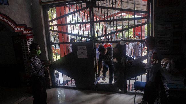 Warga binaan membawa surat kelengkapan pembebasan di Rutan Klas IIB Kabupaten Batang, Jawa Tengah, Kamis (2/4/2020). Rutan tersebut membebaskan 45 warga binaan dengan status asimilasi yang pembebasan bersyaratnya sudah jatuh tempo dua pertiga masa pidana dengan tujuan untuk mencegah penyebaran wabah virus Corona (COVID-19). ANTARA FOTO/Harviyan Perdana Putra/aww.