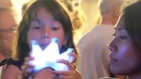 <p>Foto ini juga diambil ketika Kirana berusia 6 tahun. Ia tampak antusias melihat lampu yang dipegangnya. (Foto: Instagram @anggun_cipta)</p>