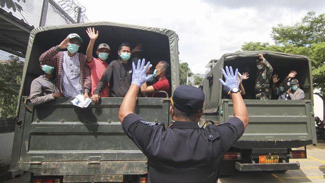 Direktorat Jenderal Pemasyarakatan meminta masyarakat tak khawatir dengan pembebasan puluhan ribu napi dan anak binaan ini karena mereka masih dalam pemantauan.