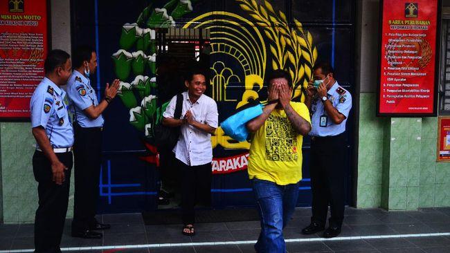 Warga binaan keluar dari rumah tahanan saat pembebasan saat Pengeluaran dan Pembebasan Narapidana dan Anak Melalui Asimilasi dan Integrasi oleh Kemenkumham di Rutan Klas IIB Kudus, Jawa Tengah, Kamis (2/4/2020). Sebanyak kurang lebih 56 warga binaan atau 30 persen dari penghuni rutan tersebut dibebaskan dalam rangka pencegahan dan penanggulangan penyebaran COVID-19. ANTARA FOTO/Yusuf Nugroho/foc.