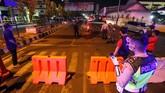 Sejumlah pemerintah daerah di Indonesia memberlakukan jam malam untuk mencegah kerumunan yang berisiko memperluas penularan virus corona (Covid-19).