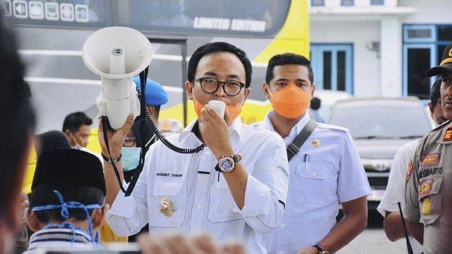 Bupati Pamekasan Baddrut Tamam dan wakil Bupati Pamekasan Raja'e sepakat untuk menghibahkan gajinya untuk diberikan kepada para relawan Virus Corona (Covid-19) di wilayah Pamekasan. Rabu 1 april 2020.