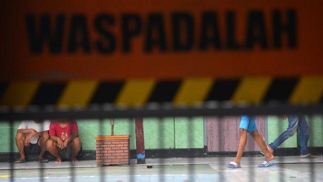Warga binaan berada di dalam Lapas Klas IIB Kabupaten Jombang, Jawa Timur, Kamis (2/4/2020). Sebanyak 120 warga binaan lapas setempat mendapatkan asimilasi sebagai upaya mencegah penyebaran COVID-19. ANTARA FOTO/Syaiful Arif/foc.
