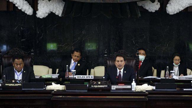 Pimpinan DPR Azis Syamsuddin (tengah) dan Rahmat Gobel (kiri) memimpin Rapat Paripurna masa persidangan III Tahun Sidang 2019-2020 di Gedung Nusantara, Kompleks Parlemen Senayan, Jakarta, Kamis (2/4/2020). Rapat mengagendakan pembahasan tindak lanjut RUU KUHP dan RUU Permasyarakatan. ANTARA FOTO/Raqilla/pus/foc.