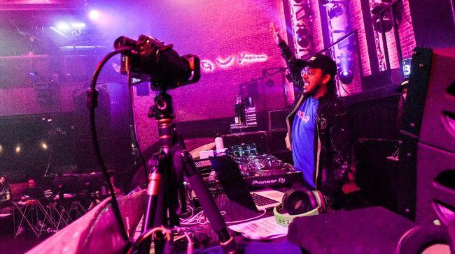 Saat ini ada banyak acara dugem online yang digelar banyak kelab malam, dari Singapura sampai New York.
