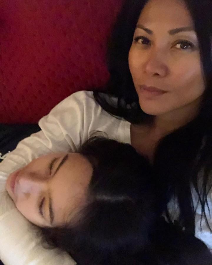 Anggun C. Sasmi punya satu anak perempuan bernama Kirana. Sama seperti sang ibu, Kirana juga berparas cantik, Bun. Lihat potretnya di sini yuk.