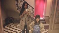 <p>Tapi kini, nampaknya Anggun sudah mulai terbuka mengenai hal itu. Beberapa kali, ia membagikan foto Kirana saat masih kecil. Dalam foto ini, Kirana masih berusia 6 tahun dan memakai baju kembaran dengan sang ibu. (Foto: Instagram @anggun_cipta)</p>