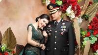 <p>Rica Andriani dan suaminya, Kapolsek Kembangan Kompol Fahrul Sudiana, menggelar resepsi pernikahan pada 21 Maret 2020. (Foto: Instagram @ricaandriani)</p>