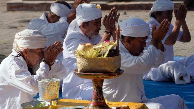 Pemuka agama Hindu melakukan persembahyangan dalam upacara untuk keharmonisan alam terkait wabah COVID-19 di Pura Desa Lan Puseh Desa Adat Denpasar, Bali, Kamis (2/4/2020). Upacara tersebut digelar serentak di masing-masing desa adat di seluruh Bali dengan hanya melibatkan pemuka agama Hindu dan pemuka desa adat untuk memohon hilangnya wabah COVID-19 dan kembalinya keharmonisan alam. ANTARA FOTO/Nyoman Hendra Wibowo/nym/foc.