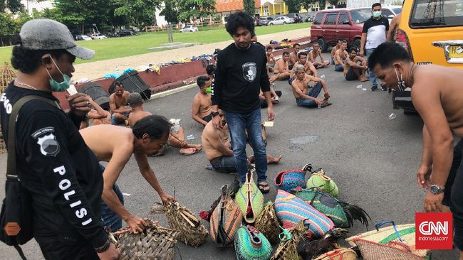 Sedikitnya 33 orang diamankan usai terlibat dalam kerumunan sabung ayam di Pasar Johar, Semarang di tengah wabah corona.