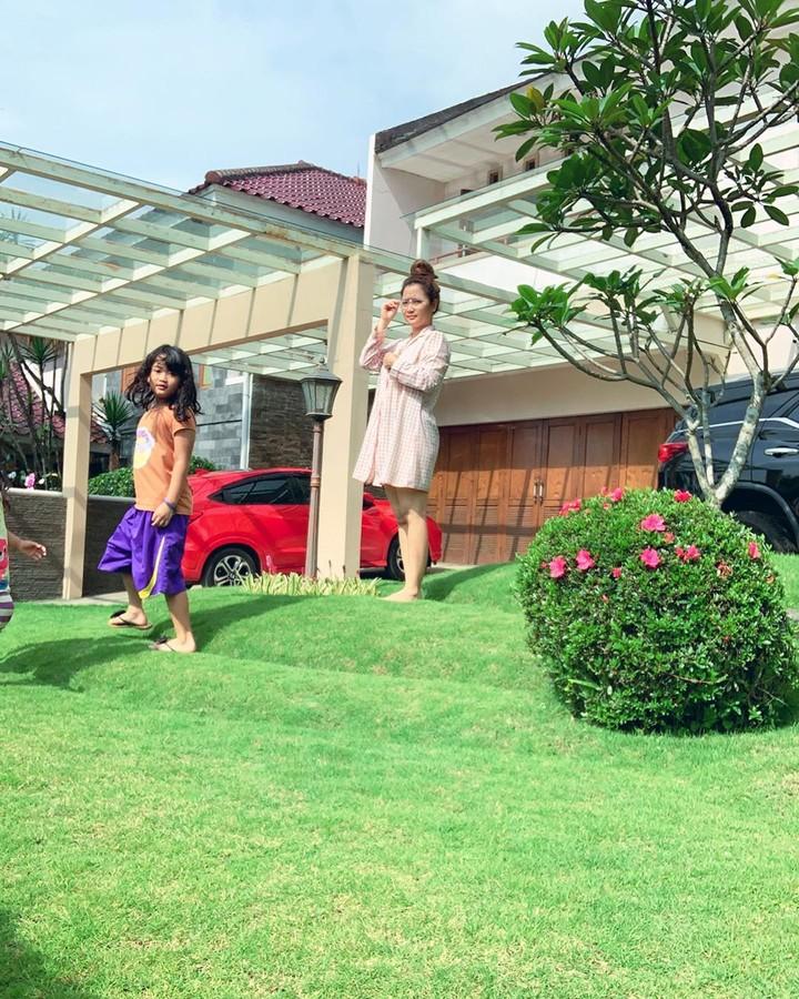 Vega Darwanti unggah foto berjemur di Instagram, netizen malah salfok dengan kemewahan rumahnya. Ada yang bilang surga hingga rumah idaman. Intip di sini yuk!