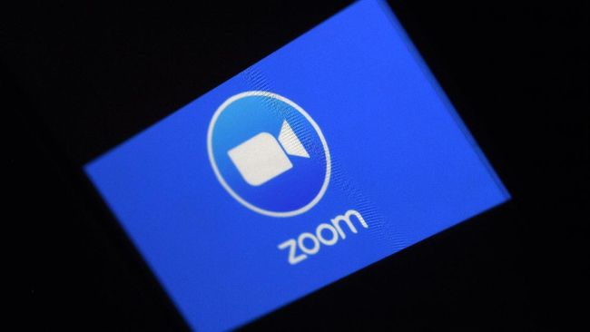 (FILES) In this file photo illustration taken on March 30, 2020, a Zoom App logo is displayed on a smartphone in Arlington, Virginia. - Videoconferencing group Zoom pledged to step up privacy and safety controls after a series of complaints about the application which has surged in popularity during the coronavirus pandemic. In a statement late April 1, 2020, Zoom founder and chief executive Eric Yuan said the company would be