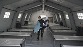 Di dalam tenda-tenda RS darurat, tempat tidur yang akan diisi oleh pasien corona dijejerkan. Saat ini Amerika Serikat menjadi negara dengan jumlah kasus positif corona tertinggi di dunia yaitu lebih dari 245 ribu kasus. (Bryan R. Smith / AFP)