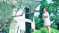 <p>Namun netizen malah salah fokus memperlihatkan rumah Vega yang mewah. Di salah satu sudut terlihat rumah bercat putih dan orange itu terdiri dari dua lantai. Di lihat dari kejauhan terlihat luas, Bun. (Foto: Instagram @vegadarwanti123) </p>