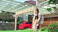 <p>Rumput yang hijau di halaman membuat rumahnya sampai disebut-sebut netizen sebagai surga hingga rumah idaman. (Foto: Instagram @vegadarwanti123) </p>