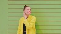 <p>Istri Daniel ini terlihat cantik menggunakan pakaian apa saja. Salah satunya, outer berwarna kuning cerah ini membuat tampilan Viola terlihat bright dan chic. (Foto: Instagram @lolagin)</p>