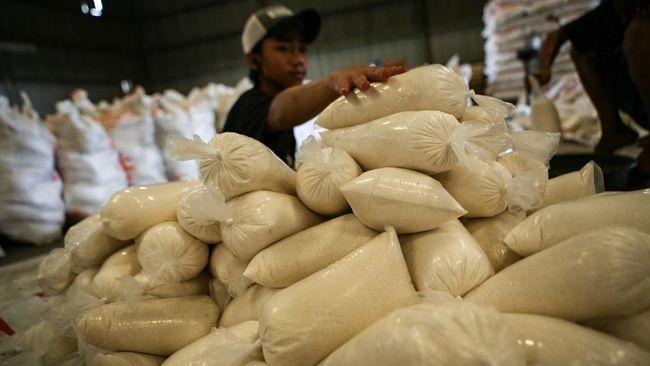 Pekerja menyiapkan gula pasir untuk disalurkan ke operasi pasar dan penyaluran Bantuan Pangan Non Tunai (BPNT) di Gudang Perum Bulog Sub Divisi Regional Tangerang, Kota Tangerang, Banten, Jumat (3/4/2020). Pemerintah telah mengeluarkan izin impor gula putih sebanyak 100.000 ton kepada Perum Bulog dan PT RNI (Persero) untuk kebutuhan Ramadan dan lebaran. ANTARA FOTO/Fauzan/pras.