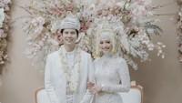 Mega mengenakan kebaya berwarna putih dan songket berwarna perak. Suntiang dan perhiasannya pun berwarna senada. (Foto: Instagram @megaiskanti)