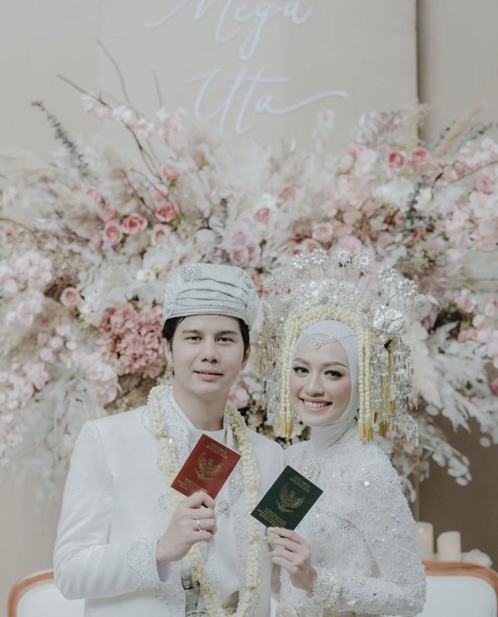 Mega Iskanti resmi menikah dengan Muhammad Najauta. Sayangnya, pernikahan mereka harus dilangsungkan secara tertutup karena wabah corona, Bun.