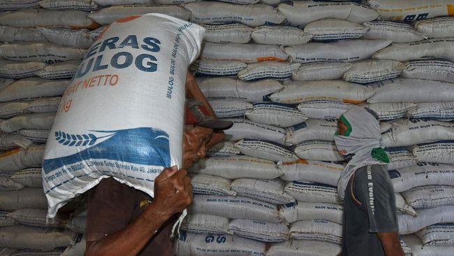 Pekerja memikul beras di Gudang Bulog Sub Drive  Serang, Banten, Jumat (3/4/2020). Dirut Perum Bulog Budi Waseso menyatakan stok beras saat ini sebanyak 1,65 juta ton beras medium dan 170 ribu ton beras, cukup untuk  kebutuhan puasa hingga lebaran. Stok beras akan bertambah sekitar 1,7 juta ton lagi dari hasil serapan gabah petani pada puncak masa panen bulan April-Mei. ANTARA FOTO/Asep Fathulrahman/pras.