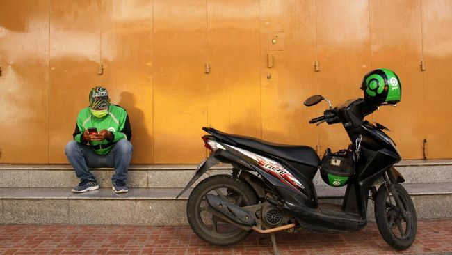 Anies Baswedan mengatakan izin operasional ojek selama penerapan PSBB di Jakarta belum selesai dibahas dan menunggu restu pemerintah pusat.