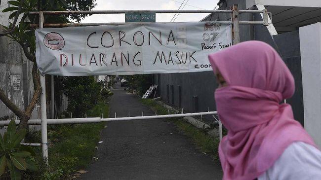 Satgas Covid-19 Kota Solo mengkarantina RT 06 RW 07 Kelurahan Sumber, Banjarsari, usai 20 warga di sana dinyatakan positif Covid-19.