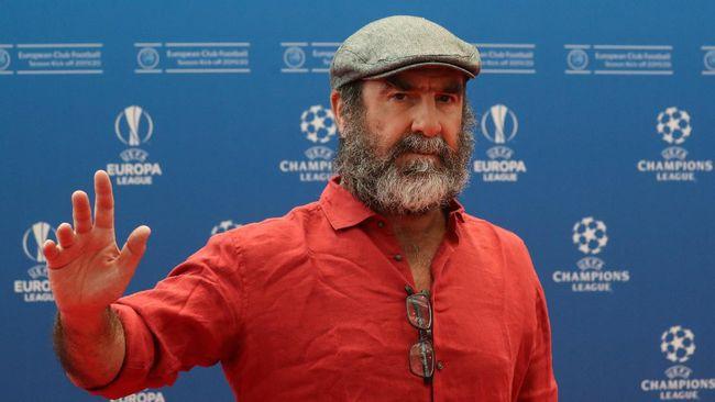 Legenda Manchester United Eric Cantona berdiri bersama suporter untuk menolak keputusan klub yang ingin bermain di European Super League (ESL).