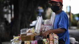 Jokowi Kasih Pedagang Asongan dan PKL Modal Kerja Rp2,4 Juta