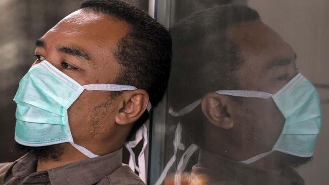 Warga memakai masker saat beraktivitas di Lhokseumawe, Aceh, Senin (6/4/2020). Organisasi Kesehatan Dunia (WHO) mengeluarkan rekomendasi terbarunya agar semua orang yang keluar rumah untuk menggunakan masker meski tidak sakit sebagai upaya pencegahan penularan COVID-19. ANTARA FOTO Rahmad/wsj.
