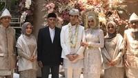 Bahkan banyak keluarga dan sahabat Mega tidak bisa hadir. Mereka hanya menyaksikan akad nikah Mega dan Najauta lewat video call. (Foto: Instagram @aulialayinna)