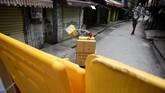 Tembok kuning menjadi penanda titik masuk yang dijaga ketat dan aman untuk setiap lingkungan permukiman warga.(NOEL CELIS / AFP)