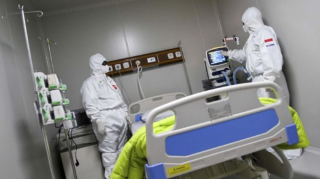 Dokter berdiri di ruang modular di Rumah Sakit Pertamina Jaya, Cempaka Putih, Jakarta, Senin (6/4/2020). Rumah Sakit darurat COVID-19 tersebut berkapasitas sebanyak 160 tempat tidur dalam ruangan dan 65 kamar isolasi bertekanan negatif untuk merawat pasien positif COVID-19 sesuai standar yang ditetapkan oleh Organisasi Kesehatan Dunia atau WHO. ANTARA FOTO/M Risyal Hidayat/wsj.