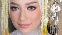 Mega Iskanti memilih make up flawless untuk akad nikahnya. Lipstik berwarna pink muda membuat riasan Mega terlihat natural. (Foto: Instagram @veraferial)
