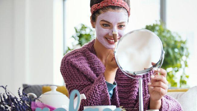 Facial menjadi salah satu perawatan yang menenangkan. Anda bisa melakukannya di rumah selama masa karantina.