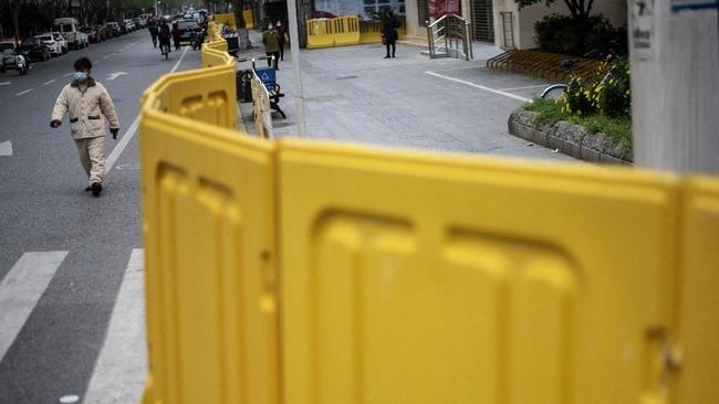 Tembok kuning menjadi barikade yang membagi pusat penyebaran virus corona ke dalam beberapa segmen di jalanan Kota Wuhan.(NOEL CELIS / AFP)
