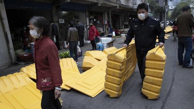 Kendati aturan lockdown akan dicabut, kabarnya tembok tinggi tersebut akan dibiarkan tetap ada selama beberapa waktu ke depan.(AP Photo/Ng Han Guan)
