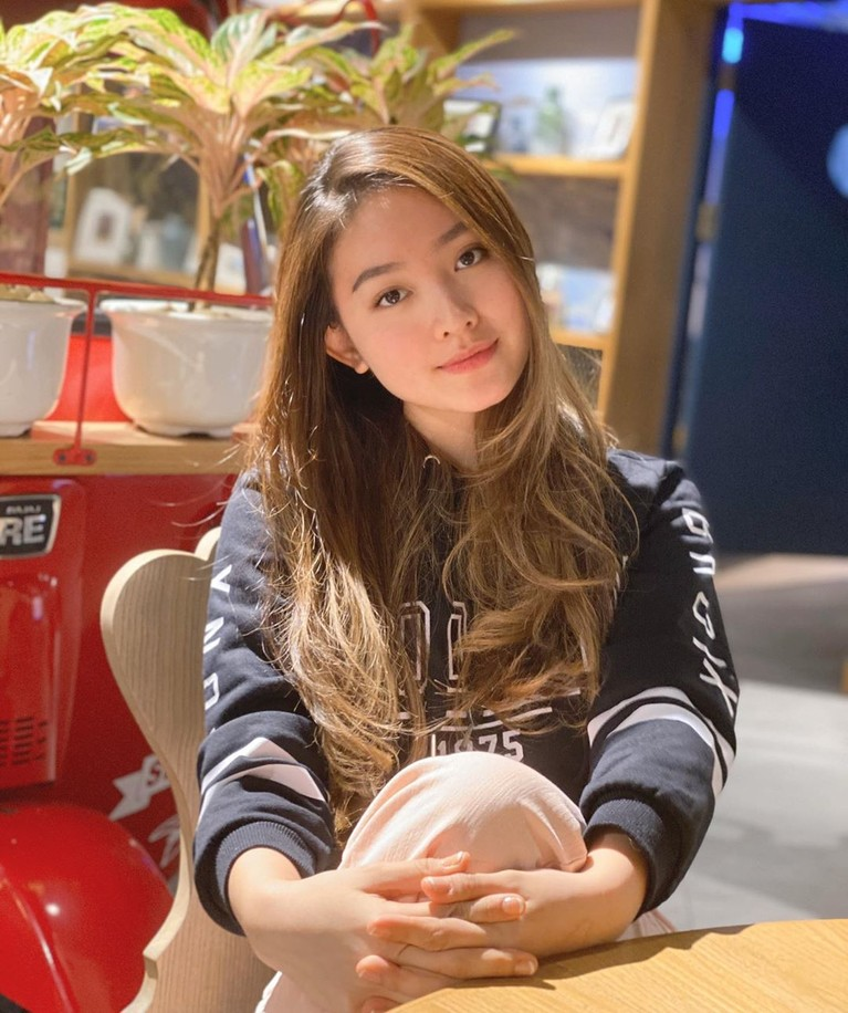 Natasha Wilona belakangan ini kerap tampil unik dengan rambut pirang. Bahkan, banyak yang menyebut penampilan Wilona sangat cantik seperti artis Korea.