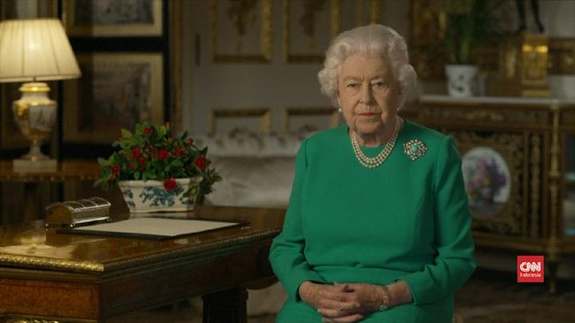 Selain tas kecil dan topi yang serasi dengan penampilannya, Ratu Elizabeth juga dikenal karena kalung mutiaranya. Ada alasan di balik kalung mutiara tersebut.