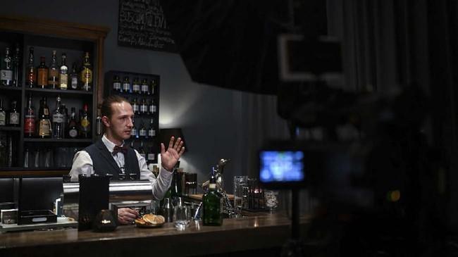 Mark Hüggenberg bekerja di Dortmund Bar Balke dan sekarang mengundang agen untuk mencicipi gin secara online. (Ina FASSBENDER/AFP)