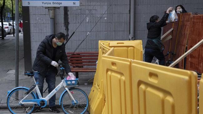 Pekan ini, Wuhan mulai mengizikan warganya untuk keluar rumah dan akan mencabut aturan lockdown mulai 8 April.(AP Photo/Ng Han Guan)