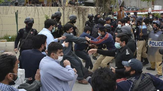 Polisi kemudian menghalau aksi protes hingga berujung bentrok setelah para demonstran berupaya masuk ke kediaman menteri kesehatan.(Banaras KHAN/AFP)
