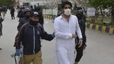 Pimpinan polisi, Abdul Razzaq Cheema mengatakan pihaknya menangkap 53 dokter atas tuduhan melangar hukum.(Banaras KHAN/AFP)