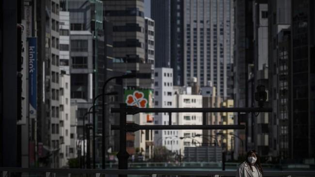 Pemerintah Jepang berencana mengumumkan status darurat terkait penyebaran virus corona hari ini, Selasa (7/4) setelah mendengar masukan dari panel penasihat.( Philip FONG / AFP)