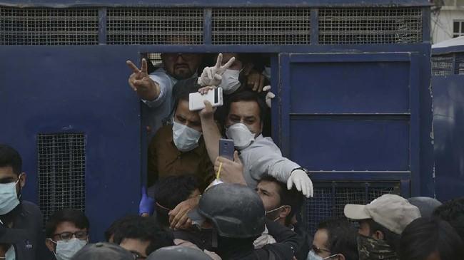 Pakistan mencatat 3.277 kasus dengan 50 kematian akibat virus corona. Seorang dokter, perawat, dan pekerja medis dilaporkan meninggal usai melakukan kontak dengan pasien positif corona.(Banaras KHAN/AFP)